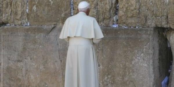 Papież modli się przy Ścianie Płaczu /AFP