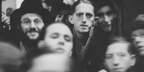 Żydzi wyjeżdżający do Palestyny w oknie wagonu kolejowego. Wśród nich widoczny mistrz Polski w tenisie stołowym z 1937 r. Stefan Finkelsztajn. Warszawa, 15 lutego 1937 r. Fot. NAC