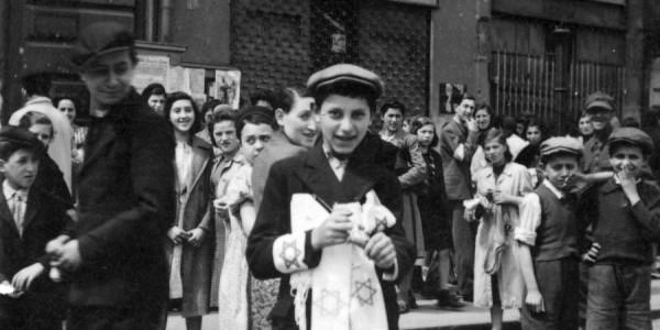 Chłopiec żydowski sprzedaje opaski