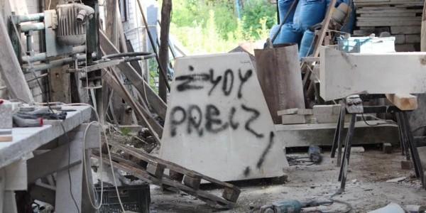 Zdewastowany wrasztat kamieniarski w Wąwolnicy