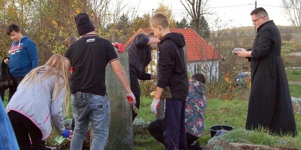 Porządkowanie cmentarza żydowskiego w miejscowości Zalewo, fot. Krystyna Kacprzak