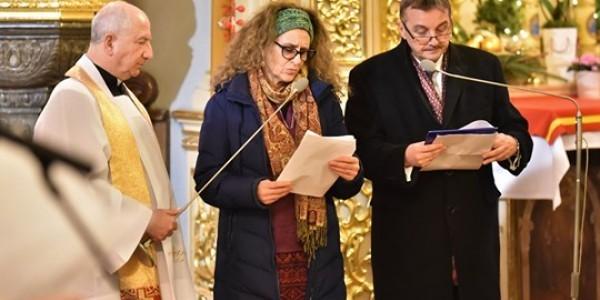 ...w kościele farnym w Rzeszowie Żydzi odczytali nazwiska zamordowanych za pomoc niesioną Żydom na Podkarpaciu Polaków, a Polacy – imiona i nazwiska zamordowanych Żydów.