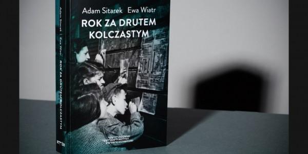 """Adam Sitarek i Ewa Wiatr - """"Rok za drutem kolczastym"""". - okładka publikacji."""
