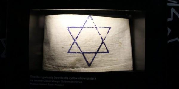 Opaska z gwiazdą Dawida - fragment ekspozycji Muzeum Polin. Fot. Fred Romero/flickr.com CC BY 2.0