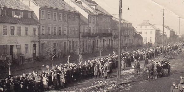 Fotografia przedstawiająca deportację płockich Żydów pochodzi z prywatnych zbiorów Jakuba Gutermana.
