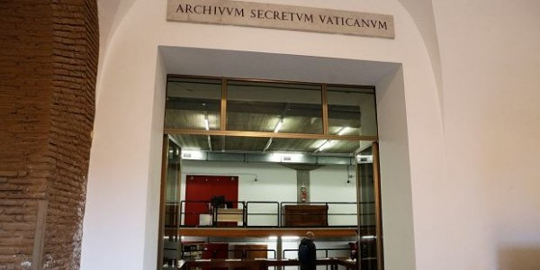 Główne wejście do watykańskich archiwów, 27 lutego 2020 r. Fot. Gregorio Borgia / AP Photo