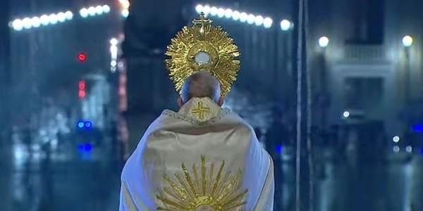 Franciszek podczas modlitwy na placu św. Piotra 27 marca. Fot. Vatican News/ YouTube