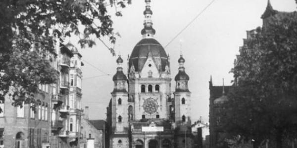 Wielka Synagoga w Gdańsku na początku prac rozbiórkowych, 1 maja 1939 r. Bundesarchiv, Bild 146-1984-007-36A / CC-BY-SA 3.0