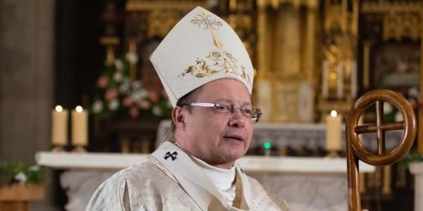 Abp Grzegorz Ryś podczas Wigilii Paschalnej 11 kwietnia 2020 roku w archikatedrze w Łodzi. Fot. Archidiecezja Łódzka