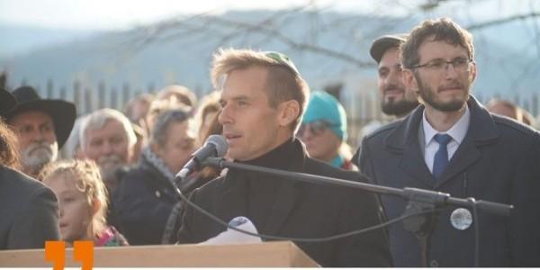 Dariusz Popiela, kajakarz górski, prezes Fundacji Rodziny Popielów, podczas odsłonięcia pomnika ofiar Holocaustu z Grybowa na miejscowym cmentarzu żydowskim  Autor/źródło: Tomasz Mróz