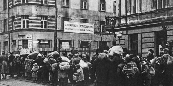 Przymusowe przesiedlenie ludności żydowskiej z mniejszych miast i osiedli w dystrykcie warszawskim do getta warszawskiego Fot. autor nieznany/ Wikimedia Commons