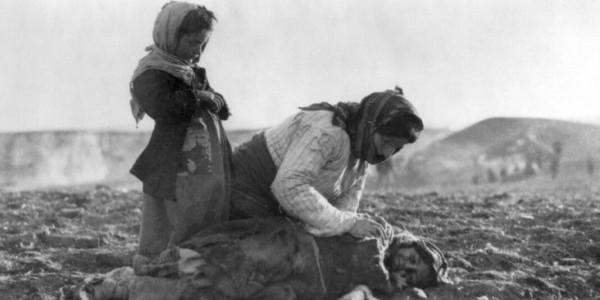Ormianka klęcząca obok martwego dziecka na polach śmierci w rejonie Aleppo, rok 1915