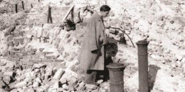 """Marek Edelman na gruzach kamienicy przy ul. Świętojerskiej 34 (,,Tu spoczywa Michał Klepfisz""""), 19 IV 1946. Fot. ze zbiorów Róży i Ireny Klepfisz."""
