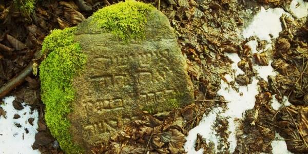 Kamień położony 100 metrów od stodoły, w której spalono Żydów, Jedwabne (fot. Grzegorz Dąbrowski / Agencja Gazeta)