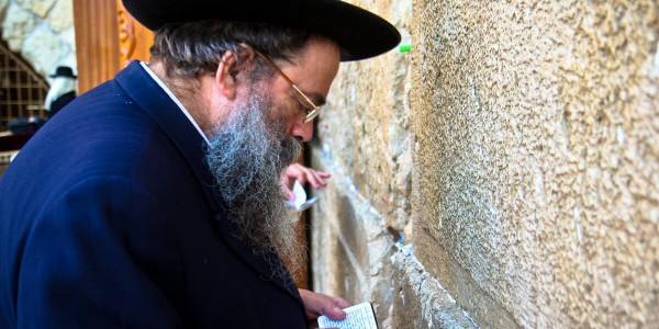 Mężczyzna modlący się przy Ścianie Płaczu w Jerozolimie. Fot. Asim Bharwani / CC BY-NC-ND 2.0