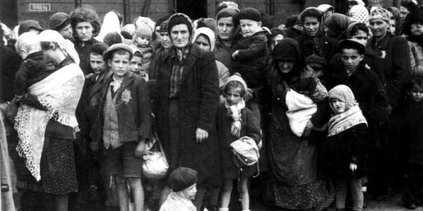 Transport węgierskich Żydów do KL Auschwitz w maju 1944 roku. Fot. Ernst Hofmann, Bernhard Walte / German Federal Archives / Wikimedia Commons