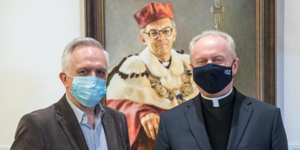 Zbigniew Nosowski i ks. Mirosław Kalinowski, w tle portret ks. Andrzeja Szostka. Lublin, 21 kwietnia 2021. Fot. Tomasz Koryszko / KUL