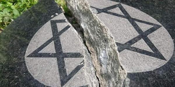 Zdemolowany cmentarz żydowski w Bielsku- Białej (Dariusz Gajny)