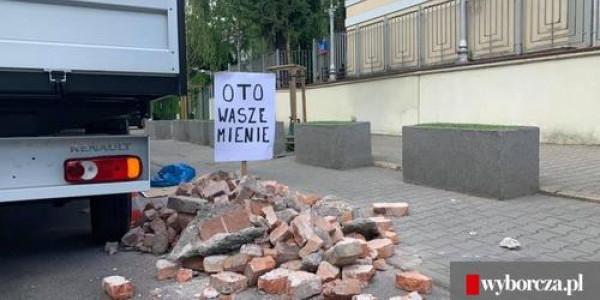Tona gruzu pod izraelską ambasadą w Warszawie