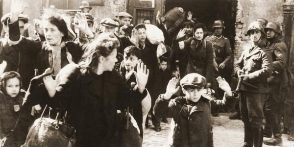 Żydzi pojmani przez SS w trakcie tłumienia powstania w getcie warszawskim. Fot. Wikimedia commons