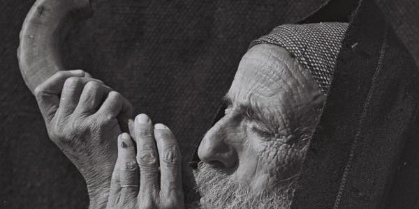 Żyd dmuchający w szofar. Fot. Zoltan Kluger / National Photo Collection of Israel