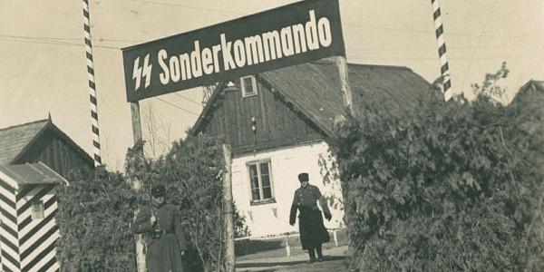 Brama w obozie zagłady w Sobiborze. Jedna z fotografii wykonanych przez Johanna Niemanna, zastępcę komendanta obozu, zabitego podczas powstania w 1943 r. Wikipedia, domena publiczna
