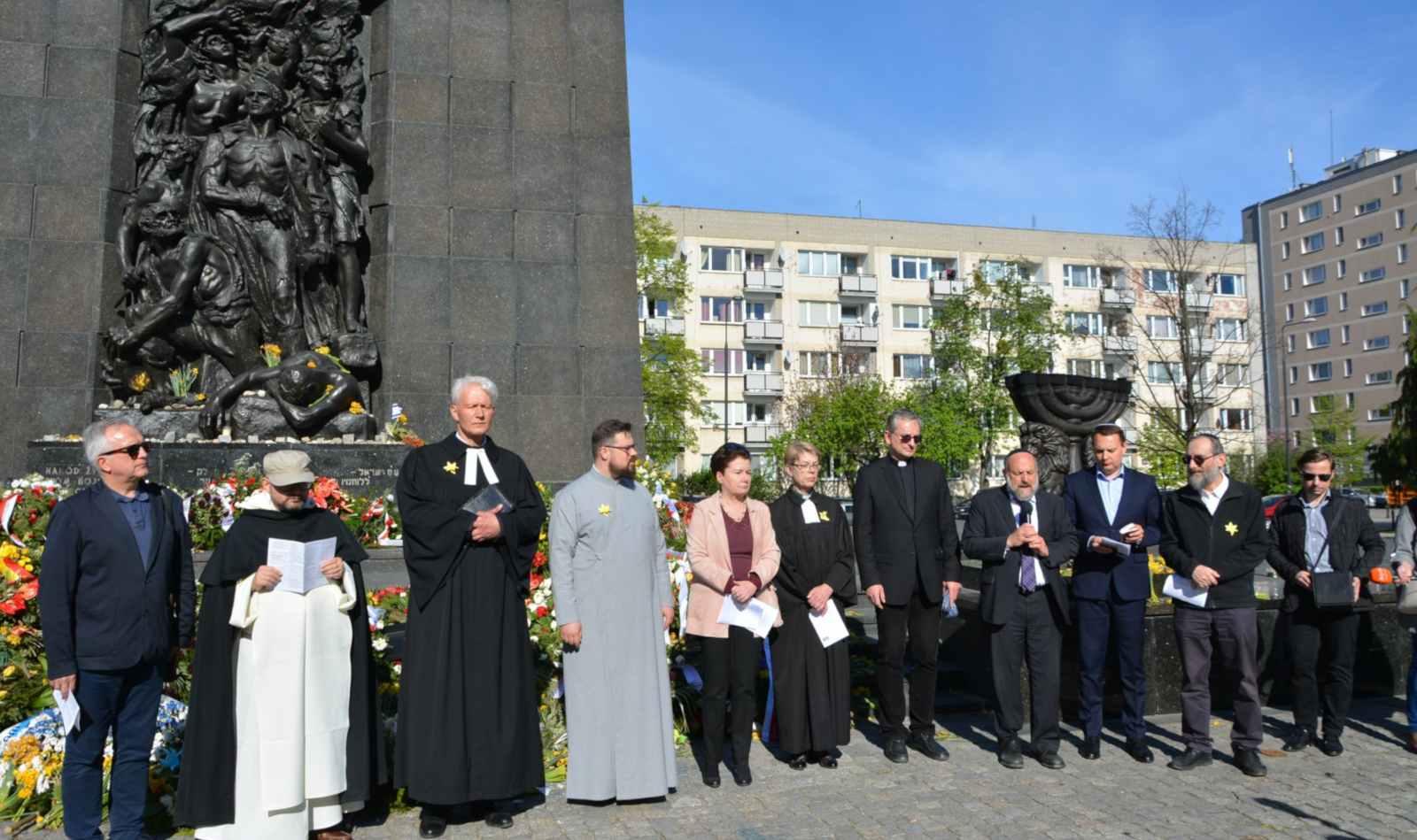 Przy Pomniku Bohaterów Getta za zmarłych modli się rabin Michael Joseph Schudrich, Marsz Modlitwy, Warszawa, 22 kwietnia 2018