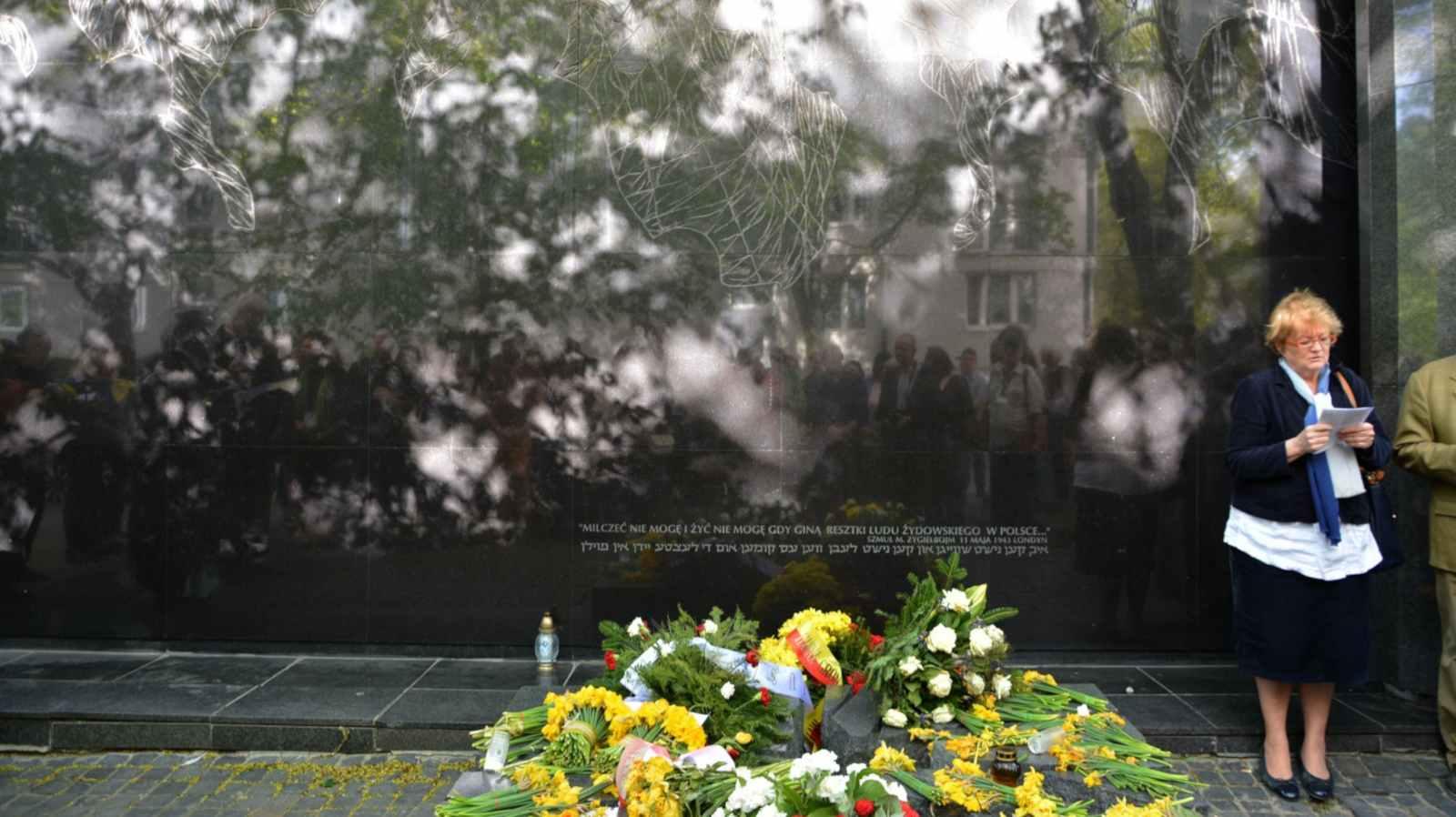 Przy Pomniku – Kamieniu Pamięci Szmula Zygielbojma