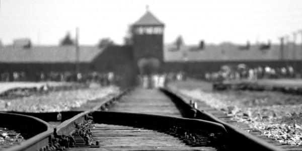 Tory prowadzące do nazistowskiego obozu koncentracyjnego Auschwitz-Birkenau
