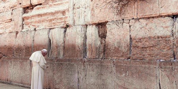 Jan Paweł II modli się przed Ścianą Płaczu w Jerozolimie, 26 marca 2000 r. REUTERS / FORUM Jan Paweł II modli się przed Ścianą Płaczu w Jerozolimie, 26 marca 2000 r. REUTERS / FORUM